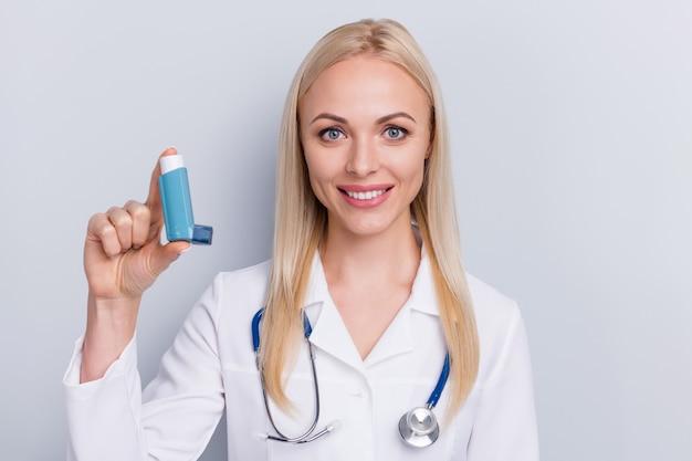 Medico in abito bianco e stetoscopio tenendo in mano lo spray Foto Premium