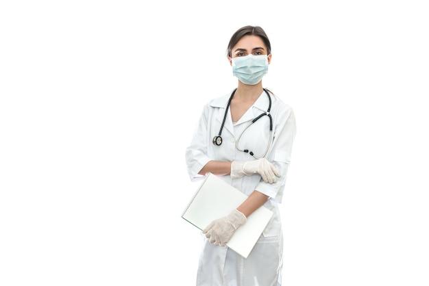 Medico con documenti isolati sul muro bianco