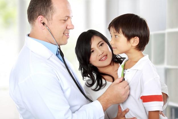 Dottore con il suo paziente