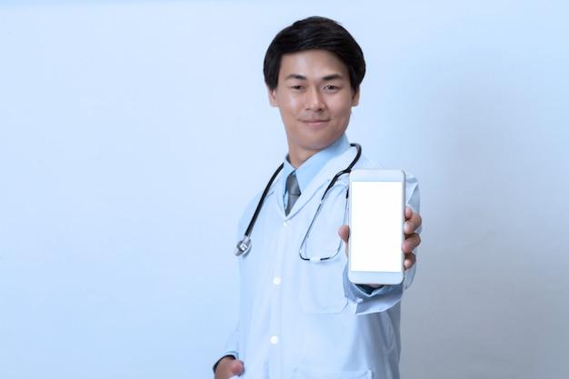 Medico con lo smartphone