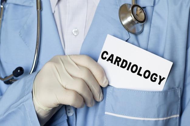 Medico con uno stetoscopio in un camice blu, mostrando informazioni mediche, diagnosi