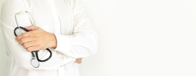 Medico con lo stetoscopio. concetto di assicurazione sanitaria o sanitaria. spazio per il testo