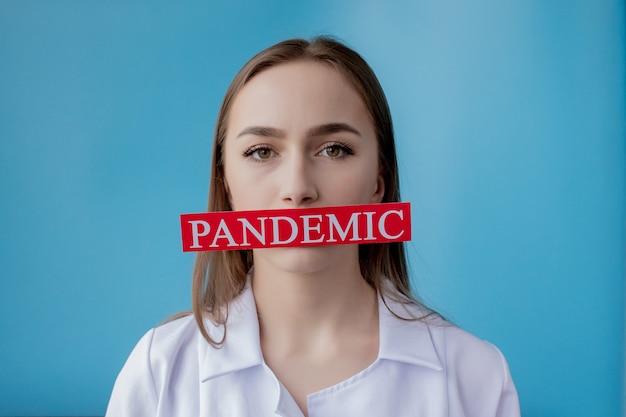 Aggiusti la donna che indica la carta rossa con il mesaage coronavirus. organizzazione mondiale della sanità oms ha introdotto un nuovo nome ufficiale per la malattia di coronavirus chiamato covid-19
