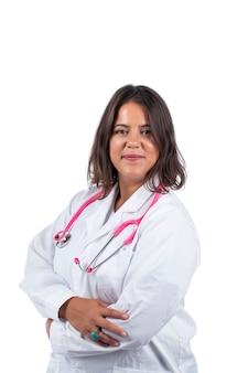 Medico donna con stetoscopio rosa su sfondo bianco.