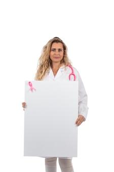 Medico donna con stetoscopio rosa con cancro al seno nastro rosa che tiene scheda in bianco su un bianco.