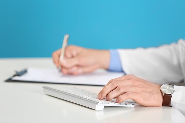 Medico che lavora su un computer in ospedale