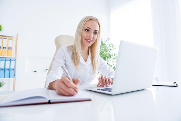 Medico che lavora al computer portatile nel suo ufficio