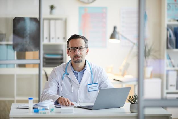Dottore che lavora in ufficio