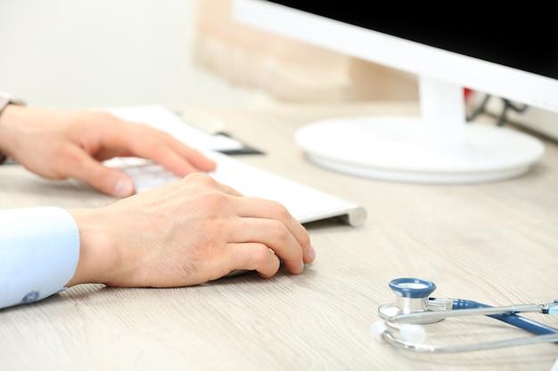 Medico che lavora al tavolo in ufficio