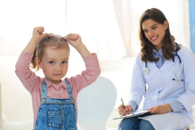 Medico che lavora con un piccolo paziente in ospedale.