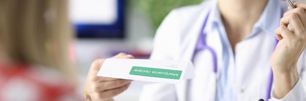 Il medico scrive la prescrizione del paziente per i cannabinoidi della marijuana nel concetto di medicina