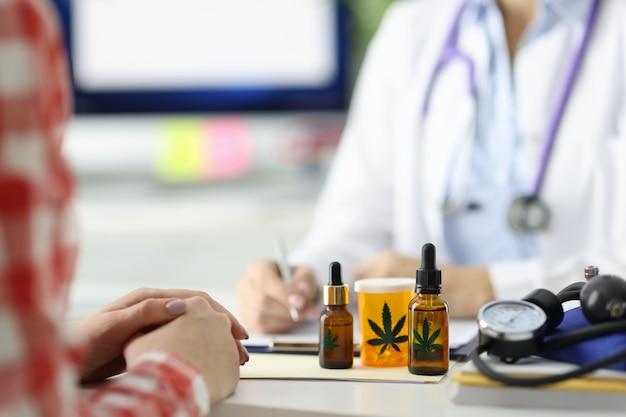 Il medico scrive la prescrizione per il paziente per la legalizzazione della marijuana del concetto di marijuana