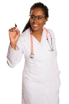 Medico che scrive su vetro trasparente