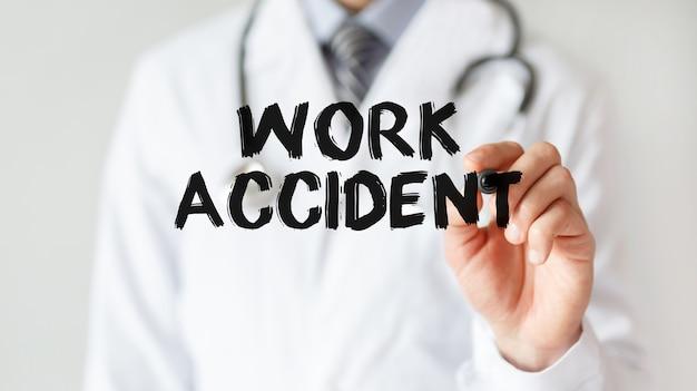 Medico iscritto parola incidente sul lavoro con pennarello, concetto medico