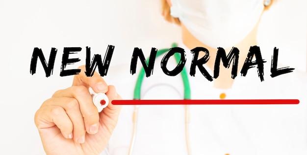 Medico che scrive testo nuovo normale con pennarello. concetto medico