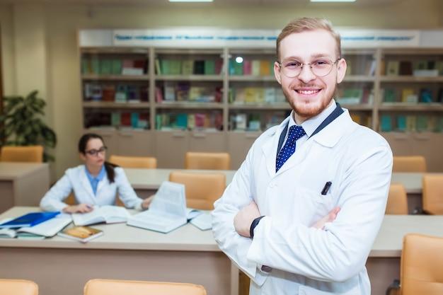 Tesi di dottorato. sfondo uno studente di medicina per i libri di testo nella scuola per infermieri.