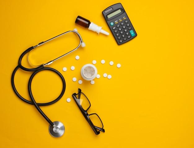 Forniture e strumenti di dottorato, calcolatrice su giallo.