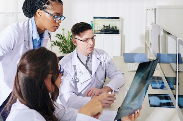 Medici che discutono di raggi x dei polmoni