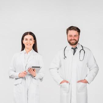 Medici uomo e donna in piedi insieme