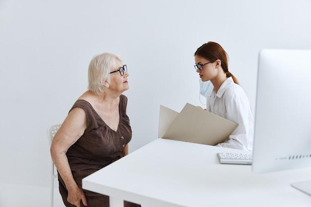 Medici in studio medico esame del paziente diagnostica sanitaria