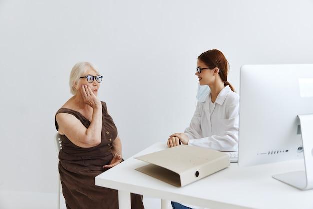 Medici nel trattamento professionale dell'esame del paziente dello studio medico