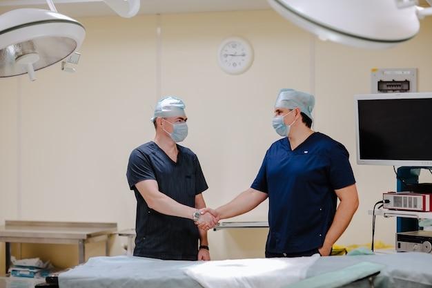 Medici in uniformi mediche e berretti che agitano le mani