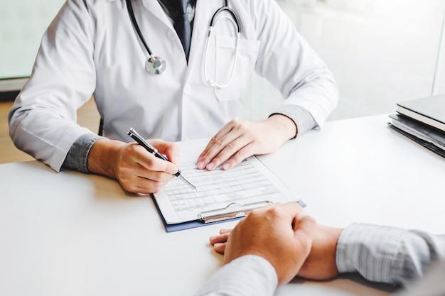Medici e pazienti che si consultano e che esaminano la diagnosi si siedono e parlano