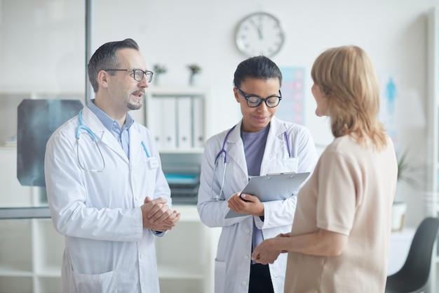 Medici che parlano con il paziente