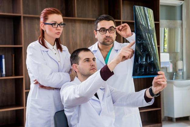 Team di medici con consiglio medico in ospedale. discutere questioni mediche.