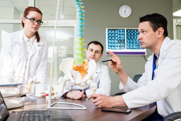 Team di medici con consiglio medico in ospedale.