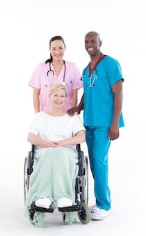 Medici con un paziente su una sedia a rotelle