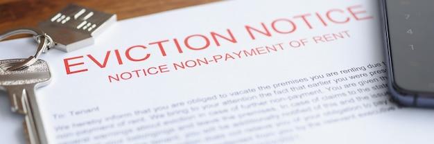 Il documento sullo sfratto dall'alloggio per mancato pagamento giace sul tavolo con le chiavi