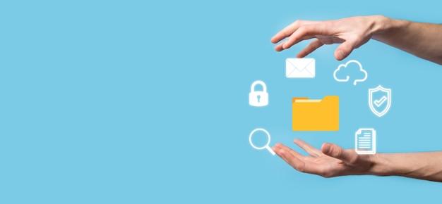 Sistema di gestione dei documenti dms. icona della cartella e del documento della tenuta dell'uomo d'affari. software per l'archiviazione, la ricerca e la gestione di file e informazioni aziendali. concetto di tecnologia internet. sicurezza digitale