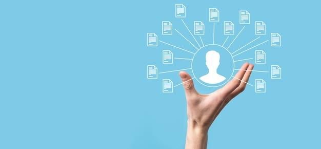 Sistema di gestione dei documenti dms. icona dell'utente e del documento della tenuta dell'uomo d'affari. software per l'archiviazione, la ricerca e la gestione di file e informazioni aziendali. concetto di tecnologia internet. sicurezza digitale.