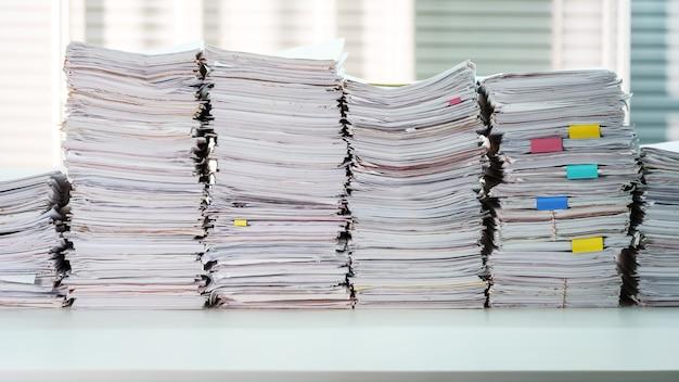 Documento impilato sul tavolo scrivania di lavoro in ufficio
