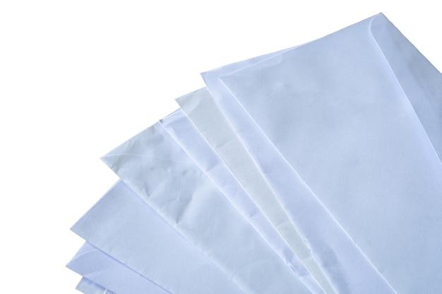 Documenti e buste impilati su sfondo bianco