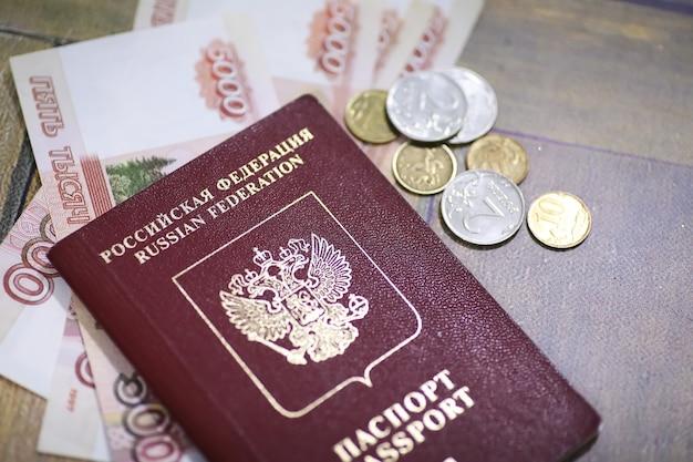 Documenti e denaro sul pavimento passaporto e valuta russi