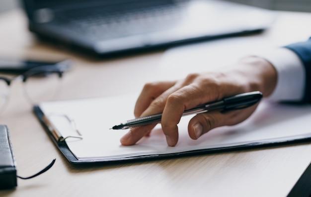 Documenti ufficio laptop cancelleria affari finanza mani degli uomini e bicchieri