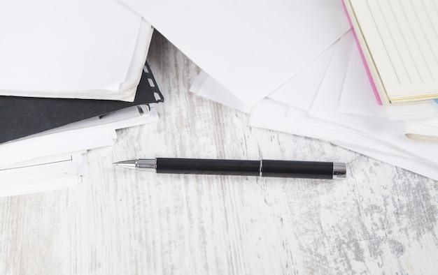 Documenti e penna. scrivania da lavoro. ufficio