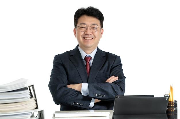 Documenti o rapporti impilati con uomo d'affari maschio di mezza età asiatico.
