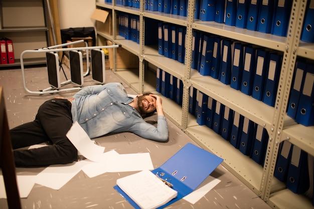 Documenti sparsi da uomo d'affari caduto nel deposito di file