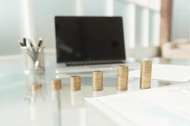 Documenti e pile di monete sulla scrivania dell'ufficio