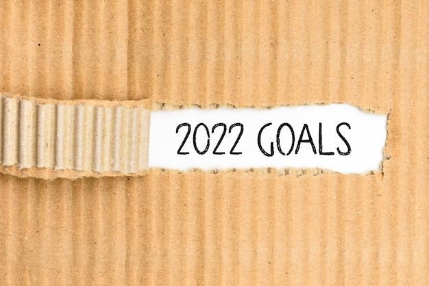 Documenti con gli obiettivi più importanti per il 2022, scritti sulla copertina strappata.