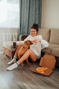 Cane di razza cocker spaniel, ha rubato la pizza a una ragazza a casa