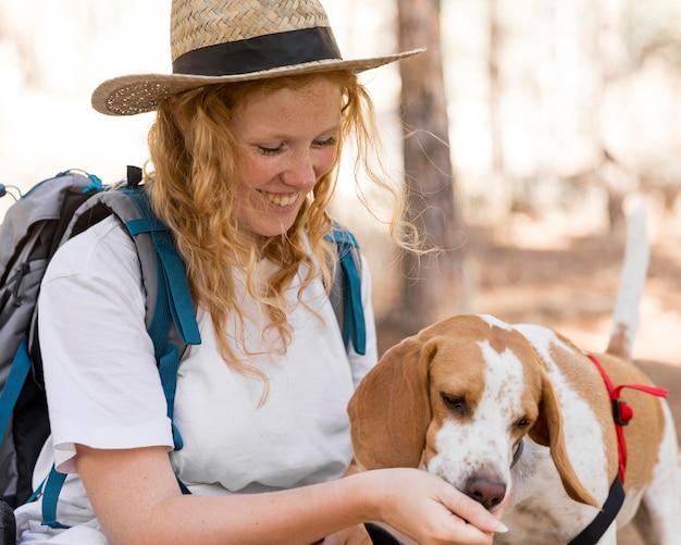 Cane che mangia dalla mano del proprietario