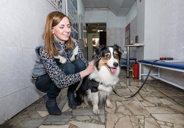 Un cane con il proprietario in attesa di ricovero dal veterinario