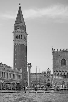 Il palazzo ducale e il campanile di venezia, italia. bianco e nero