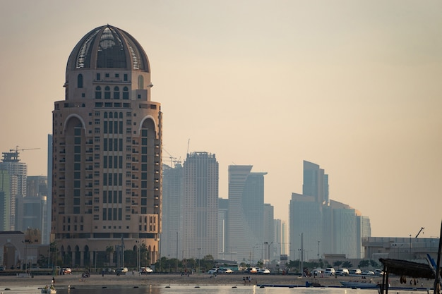 Doha, qatar, paesaggio urbano di edifici moderni ma ancora oldschool durante il tramonto.