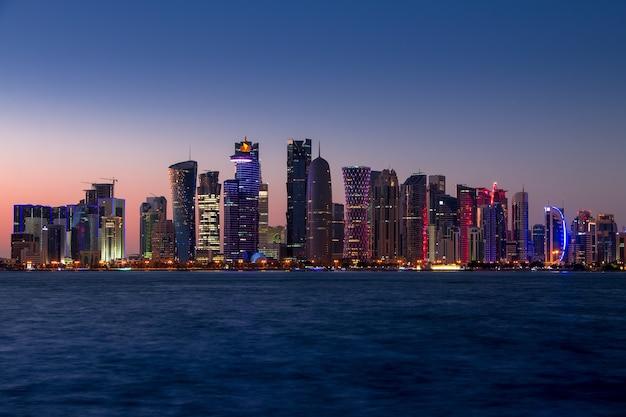 Grattacieli di doha con illuminazione esterna