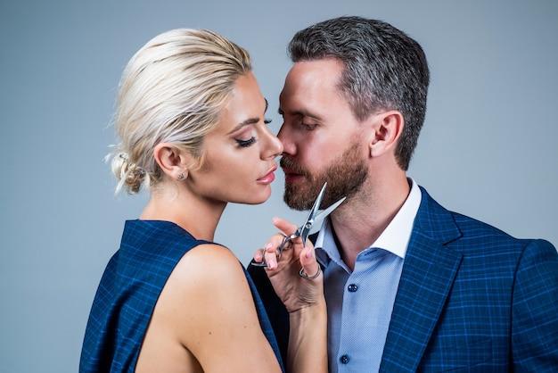 Fare tutto insieme. moda e bellezza. partner master dei capelli con lo strumento del barbiere. coppia innamorata. uomo d'affari e signora sexy dal parrucchiere. donna con bell'uomo nel negozio di barbiere. amore e romanticismo.